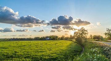Typische holländische Polderlandschaft mit schönen Wolken und Sonnenuntergang von Dennis Kuzee