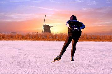 Eenzame schaatser bij zonsondergang in de winter van