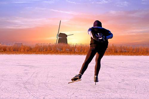 Eenzame schaatser bij zonsondergang in de winter