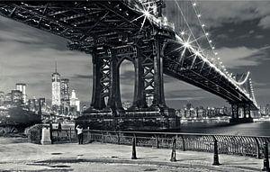 Manhattan Bridge bij avond vanaf Brooklyn met uitzicht op de skyline van Manhattan, New York City