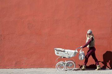 Moeder met kinderwagen von Cees van Valen