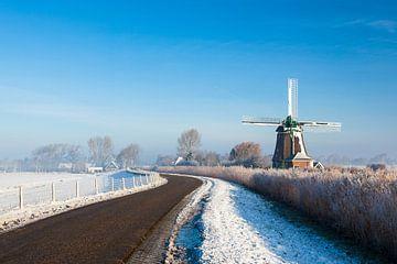 Hollandse molen in winters landschap van Inge van den Brande