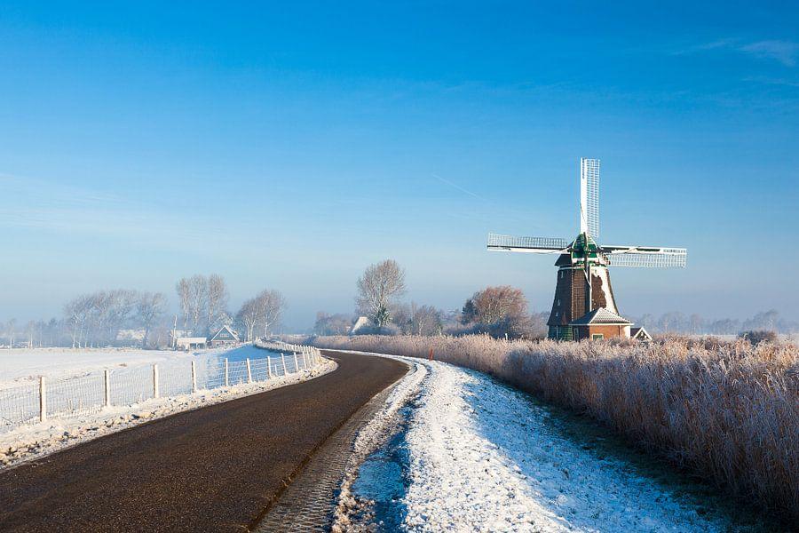 Hollandse molen in winters landschap