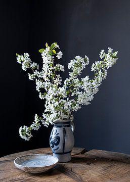Stilleben mit Kirschblüte auf Holz von Affect Fotografie