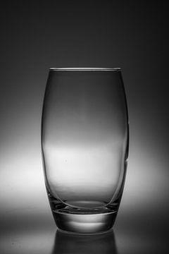 Schwarz-Weiß-Bild eines Trinkglases mit einer weichen Hintergrundbeleuchtung von Kim Willems