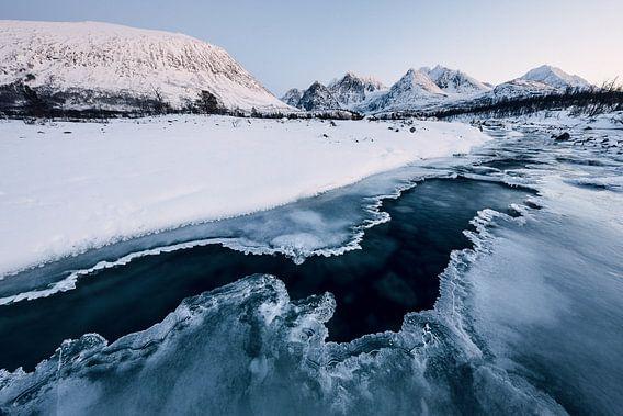 Bevroren rivier - Lyngen Alpen, Noorwegen van Martijn Smeets