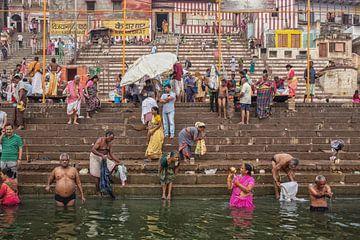 mannen en vrouwen baden in de rivier de Ganges tijdens hindoe-puja, Varanasi, India van Tjeerd Kruse