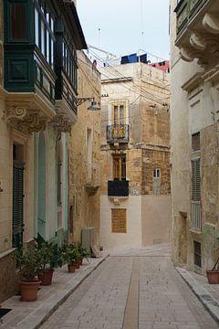 Straatje Birgu / Small street Birgu, Malta van Maurits Bredius