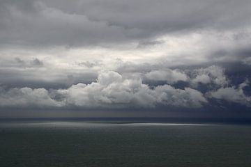 Capel-le-Ferne UK, zee en wolken van Ton Reijnaerdts