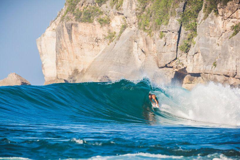 Yoyos Sumbawa surfing van Andy Troy