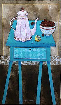 Stilleven met gek blauw tafeltje van Eveline van Rooy