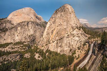 Waterval Nevada, Yosemite National park van Robert Dibbits
