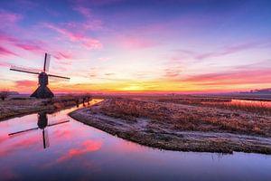 Windmolen bij zonsopkomst van