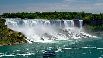 De American Falls in de Niagarawatervallen op ooghoogte van de Niagara rivier van Ed Steenhoek