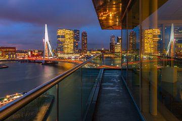 Uitzicht vanaf het Inntel Hotel in Rotterdam op de Erasmusbrug van Arisca van 't Hof