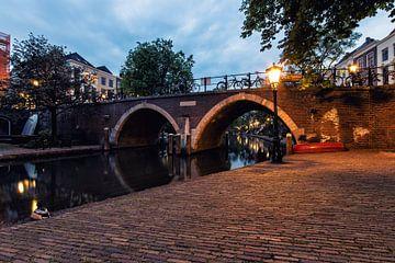De Vollersbrug in Utrecht over de Oudegracht in de avond (kleur) van