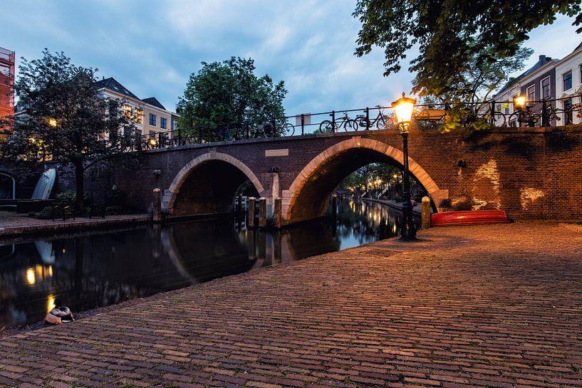 De Vollersbrug in Utrecht over de Oudegracht in de avond (kleur) van De Utrechtse Grachten