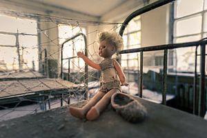 Puppe in Schlafsaal mit Hochbetten in verlassenem Kindergarten von Tschernobyl