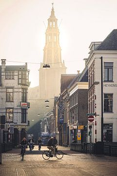 De brugstraat en der Aa-kerk in gouden ochtendmist (A Kerk in de Stad Groningen Aakerk)) van Hessel de Jong