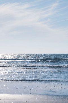 Eau bleue étincelante sur la côte française. sur Christa Stroo fotografie