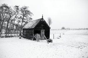 Winterlandschap met schuur in zwart wit van W J Kok