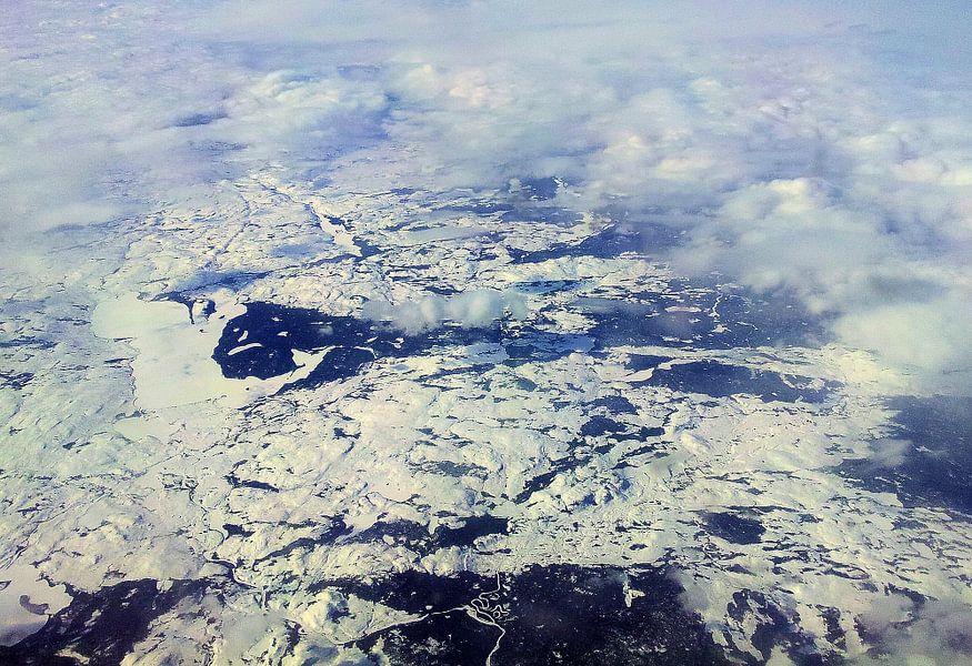 Sneeuwlandschap vanuit de wolken