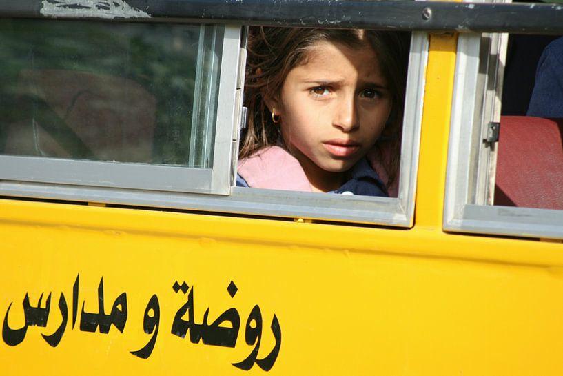 Schoolmeisje in Jordanië van Gert-Jan Siesling