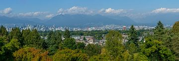 Panoramaaufnahme von Vancouver mit Bergen und Wolken im Hintergrund von Hans-Heinrich Runge