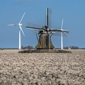 Historische windmolen geflankeerd door twee modernere types van Harrie Muis