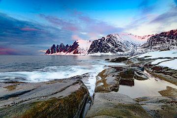 Zonsondergang over het Okshornan gebergte op het Senja eiland in Noorwegen van Sjoerd van der Wal