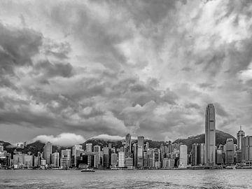 Bewolkte Hong Kong Skyline van