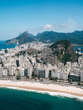 Uitzicht over Copacabana strand en favela in Rio de Janeiro vanuit helicopter van Michiel Dros