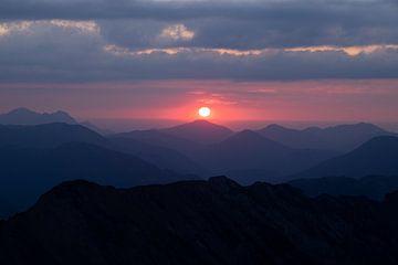 Rosa Sonnenuntergang vom Alpengipfel aus gesehen von Hidde Hageman