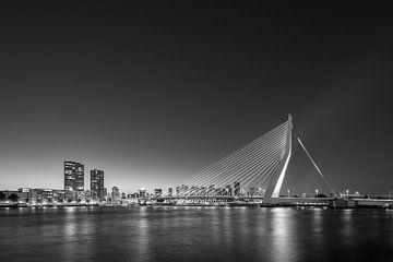 De skyline van Rotterdam zwart-wit van Michael Valjak