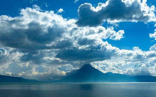 Vulkaan aan het meer van Atitlan van Loraine van der Sande
