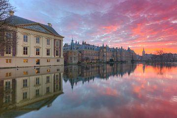 Mauritshuis Museum,  Binnenhof en Hofvijver in Den Haag na zonsondergang van