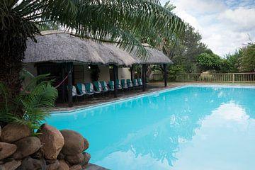 een zwembad met blauw water
