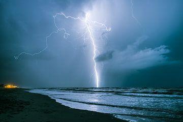 bliksem boven zee van Menno van der Haven
