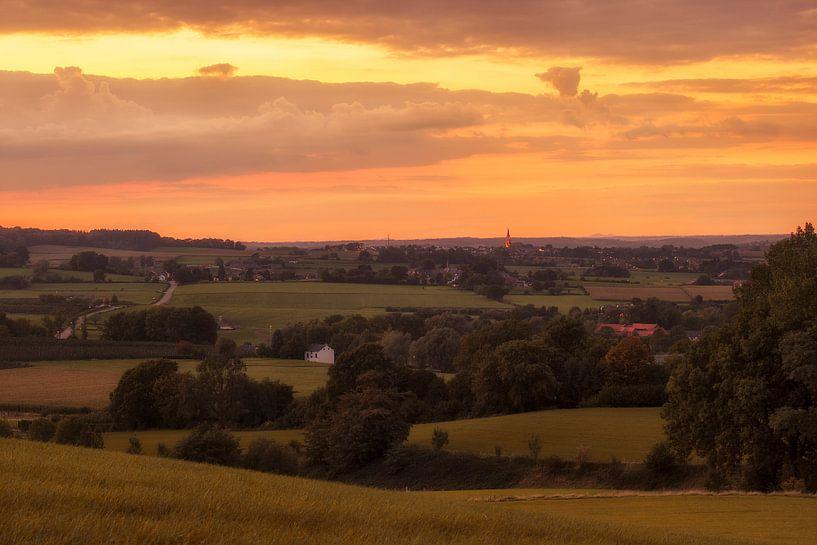 Zonsondergang boven Vijlen in Zuid-Limburg van John Kreukniet