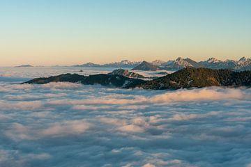 Allgäuer bergzicht boven de zee van mist tijdens inversieweer van Leo Schindzielorz