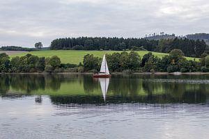 Diemelsee met zeilbootje, Duitsland van