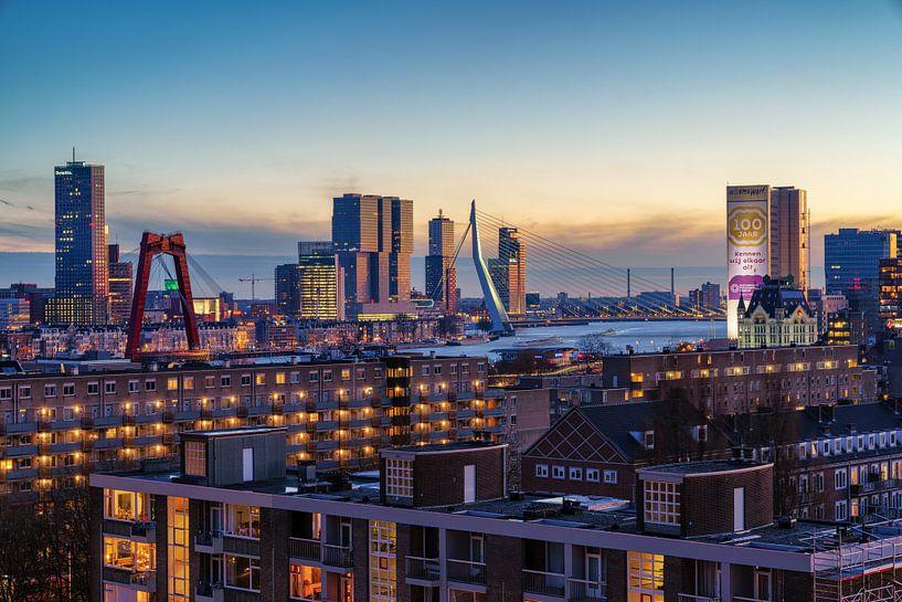 Skyline van Rotterdam tijdens de zonsondergang van Mark De Rooij