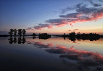 Reflexion des Sonnenuntergangs im Wasser. von Hester Hielkema