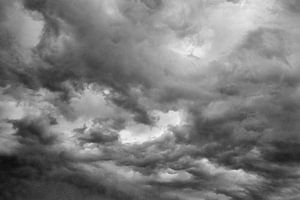 Donkere wolken in zwart wit