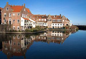 Spiegeling van huizen in het water. van