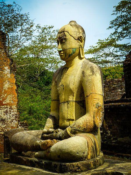 Buddha statue seated around stupa of The Polonnaruwa Vatadage
