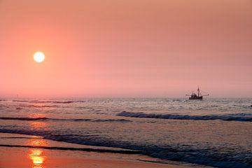 Fischerboot bei der Arbeit auf der Nordsee von Michel Knikker