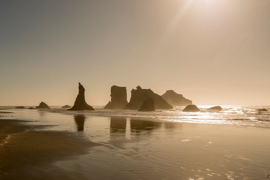 Rotsen aan de kust van Oregon bij zonsondergang