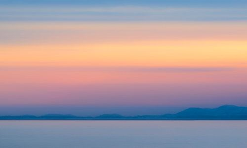 Abstracte zonsondergang met winterkleuren over het  Vestfjord in Noorwegen