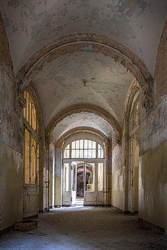 Verlaten corridor van Frans Nijland